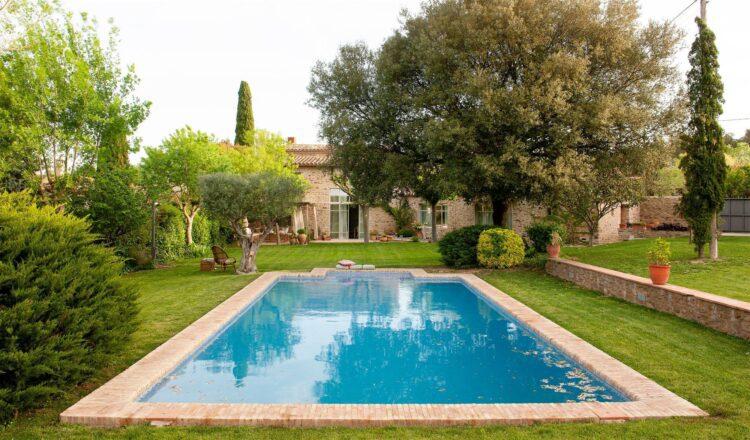 10 formas de ahorrar dinero al instalar un jardín con piscina